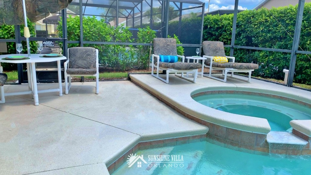 Pool with Spa and Lounge Chairs in Orlando